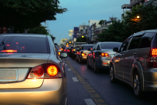 Engarrafamentos na cidade com fila de carros na estrada à noite Foto Premium