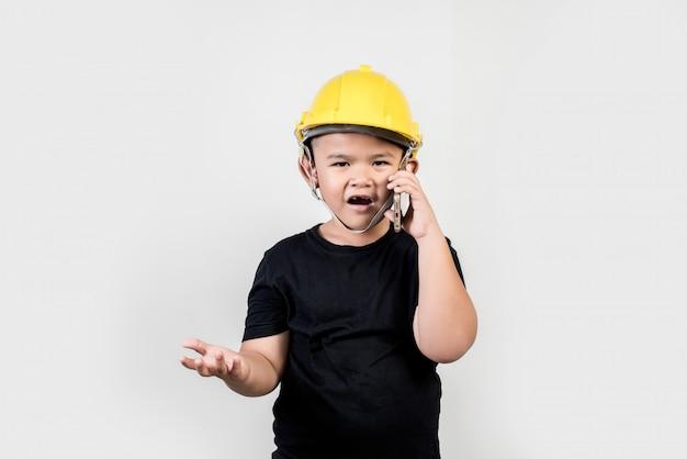 Engenharia de menino falando de smartphone sobre o projeto com o parceiro Foto gratuita