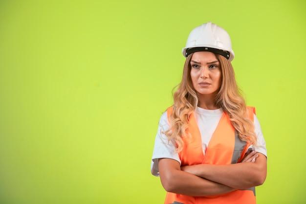 Engenheira responsável no capacete branco e equipamento parece agressivo. Foto gratuita