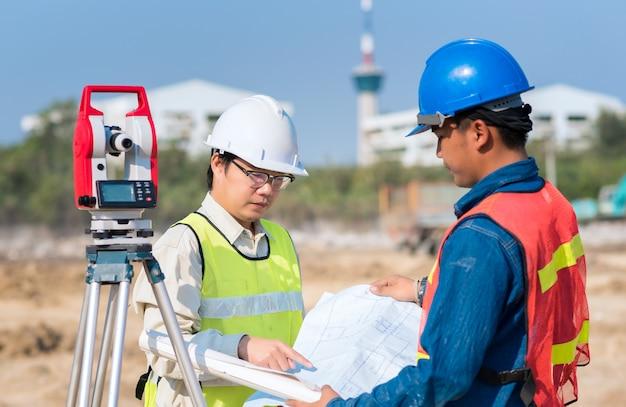 Engenheiro civil, e, contramestre, trabalhador, verificar, desenho construção, em, local, para, novo, construção infrastructure, projeto Foto Premium