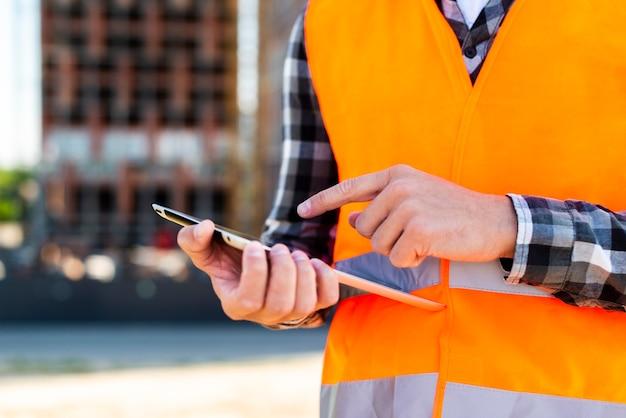 Engenheiro de construção de close-up usando tablet Foto gratuita