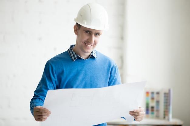 Engenheiro de construção em hardhat Foto gratuita