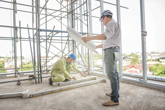 Engenheiro de construção sênior que controla o canteiro de obras. Foto Premium