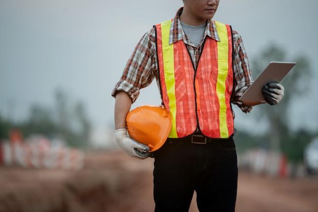 Engenheiro de construção supervisionando o trabalho no canteiro de obras Foto Premium