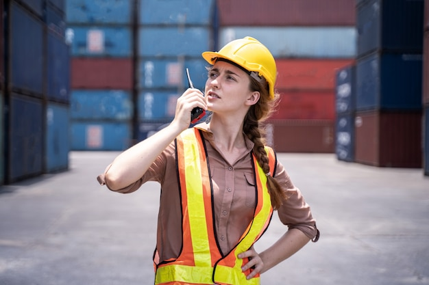 Engenheiro de controle de carregamento de caixa de contêiner de exportação de importação de navios de frete de carga Foto Premium