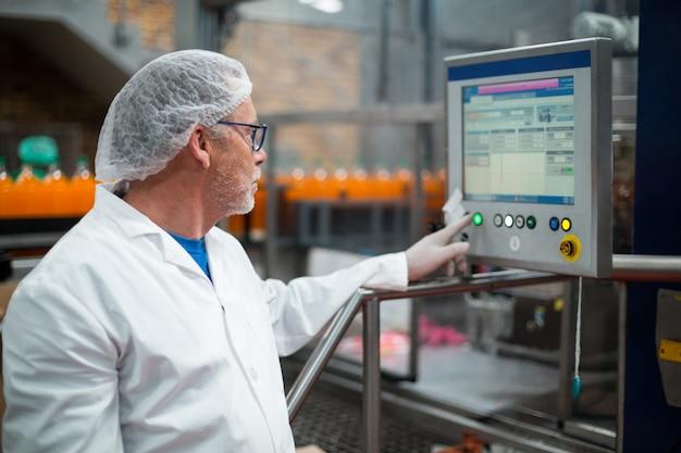 Engenheiro de fábrica, operando a máquina na fábrica Foto Premium