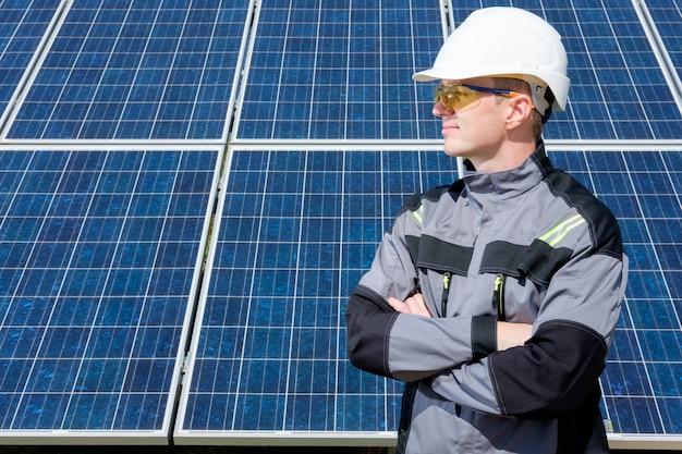 Engenheiro de painéis solares em barril branco Foto Premium