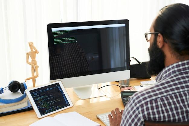 Engenheiro de ti criando código Foto gratuita