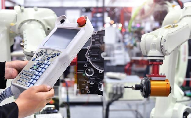 Engenheiro de verificação e controle de automação sistema robótico moderno de visão por máquina na fábrica, industry robot. Foto Premium