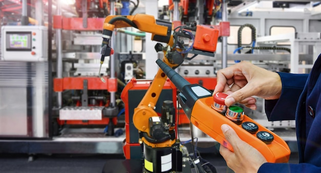 Engenheiro de verificação e controle de robôs de soldagem de automação de alta qualidade modernos armados em industrial Foto Premium