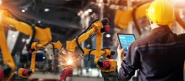 Engenheiro de verificação e controle de soldagem robótica máquina de braços automáticos Foto Premium