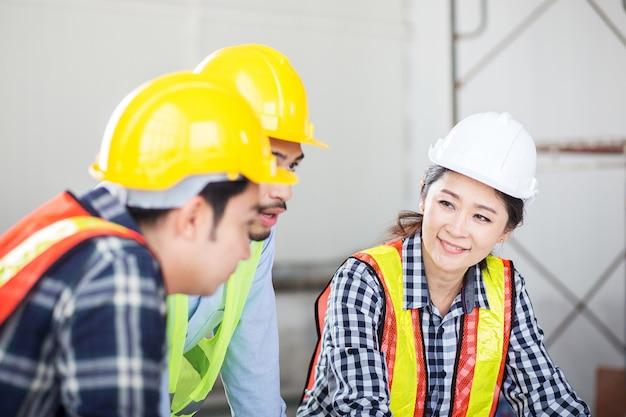 Engenheiro, discutir, em, reunião, em, local, trabalho, ligado, construção, buildin Foto Premium
