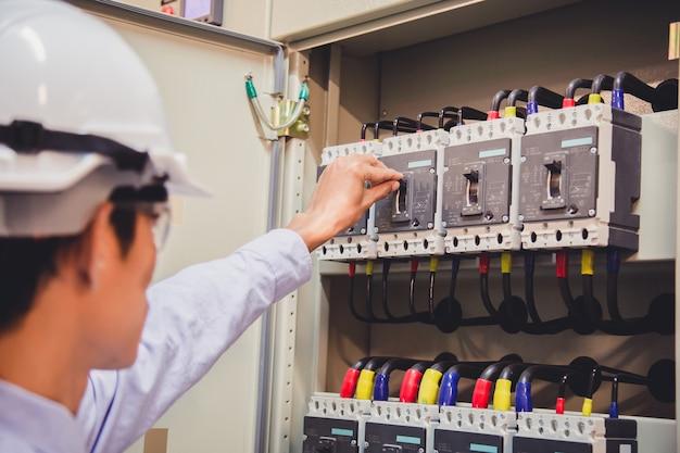 Engenheiro é verificar a tensão ou corrente por voltímetro no painel de controle da usina. Foto Premium