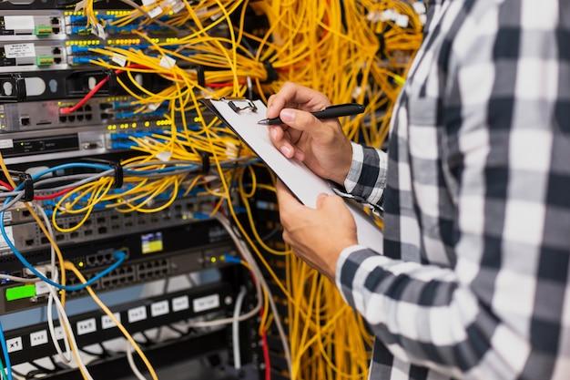 Engenheiro eletricista, escrevendo na área de transferência Foto Premium