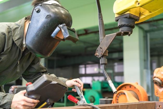 Engenheiro eletricista, trabalhando com uma máquina de robô Foto Premium