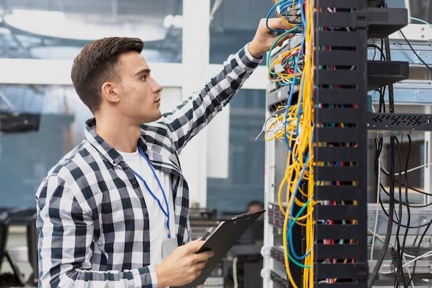 Engenheiro elétrico jovem e cabos Foto Premium