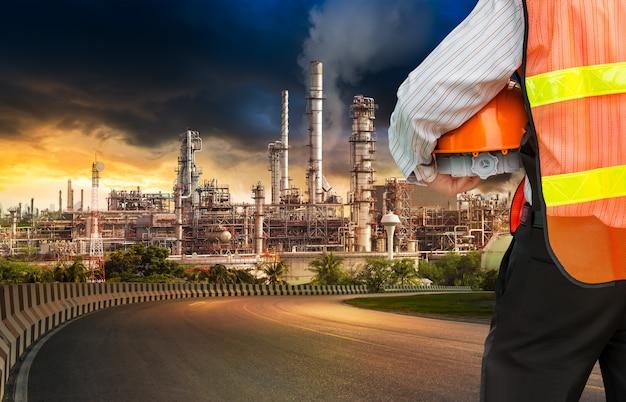 Engenheiro em refinador de petróleo Foto Premium