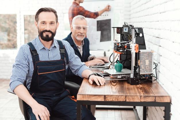Engenheiro em um trabalho global posando em laboratório técnico Foto Premium