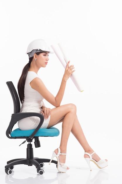 Engenheiro estrutural de garota sexy trabalhando em branco Foto Premium