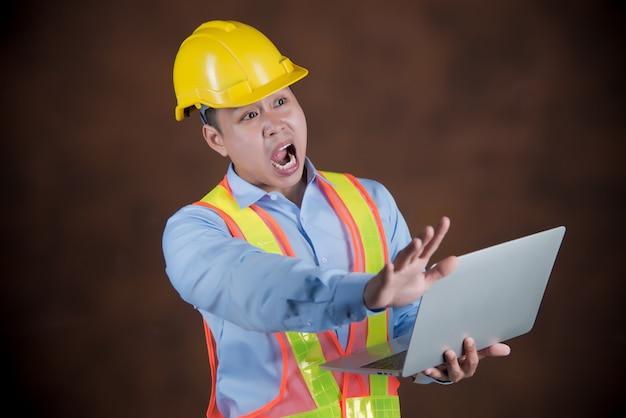 Engenheiro homem, trabalhador da construção civil com medo em estado de choque Foto gratuita