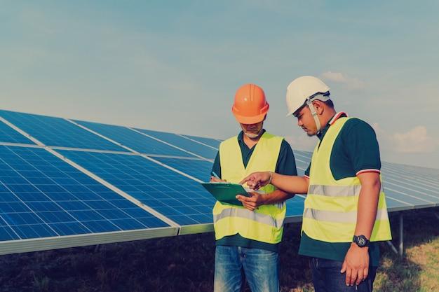 Engenheiro inspecionar painel solar na usina de energia solar Foto Premium