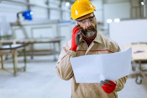 Engenheiro, olhar, plano, em, a, fábrica Foto Premium