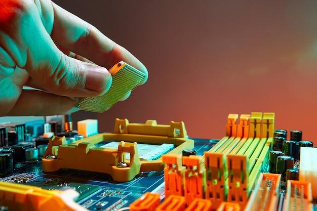 Engenheiro técnico segurando o chip da cpu Foto Premium