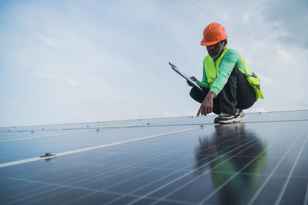 Engenheiro, trabalhando, ligado, painel manutenção, em, solar, planta poder Foto Premium