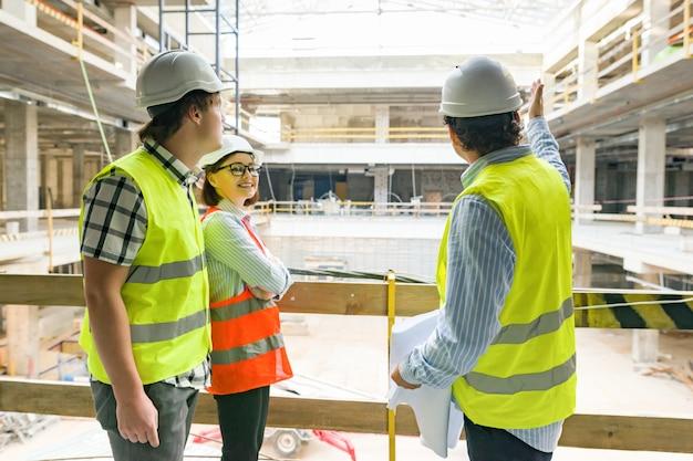 Engenheiros, construtores, arquitetos no canteiro de obras Foto Premium