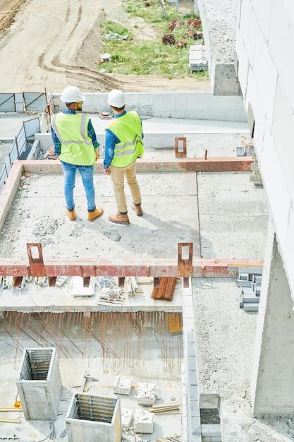 Engenheiros de construção na laje de cimento Foto Premium