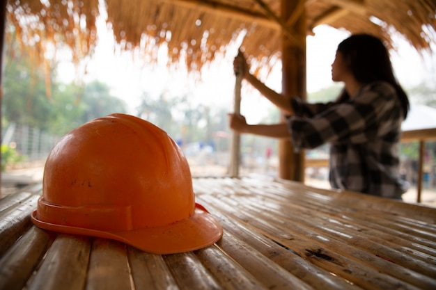 Engenheiros ou trabalhadores carregando chapéus e varas do templo Foto gratuita