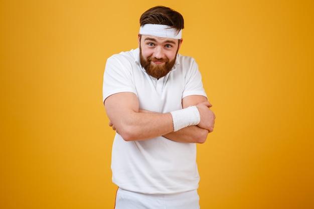 Engraçado desportista barbudo com braços cruzados Foto gratuita