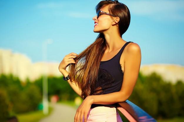 Engraçado elegante sexy sorridente modelo mulher jovem e bonita banhos de sol em pano hippie brilhante de verão no parque Foto gratuita