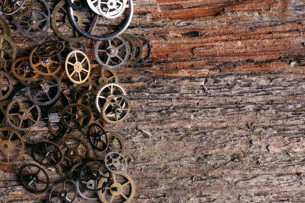 Engrenagens no fundo da mesa de madeira Foto gratuita