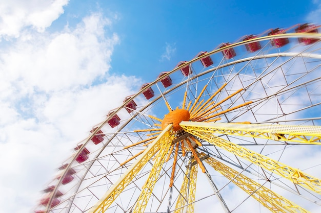 Enorme roda gigante em movimento Foto Premium