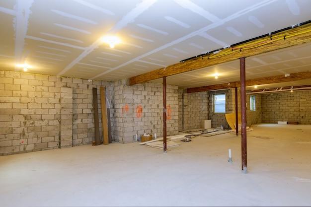 Enquadramento da nova casa em construção com vista inacabada do subsolo Foto Premium