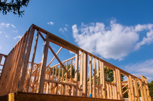 Enquadramento residencial de construção nova contra um céu azul Foto Premium