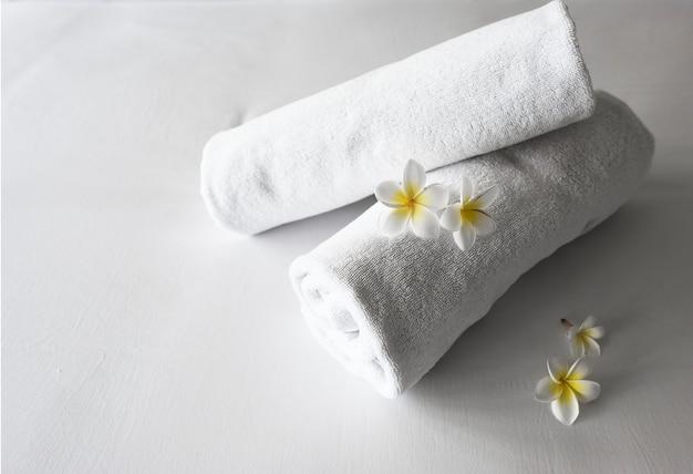 Enrolado toalhas limpas em uma cama Foto gratuita