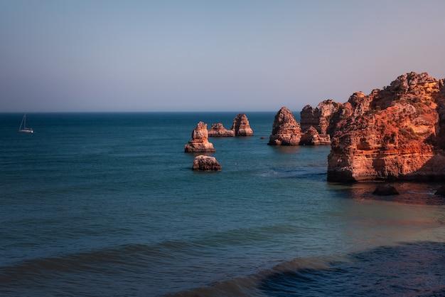 Enseadas e falésias na ponta da piedade, o local mais famoso da região do algarve, em portugal Foto Premium