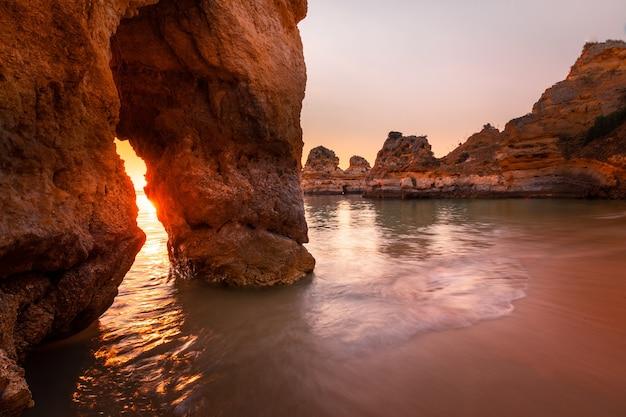 Enseadas e falésias na ponta da piedade o local mais famoso da região do algarve, em portugal. Foto Premium
