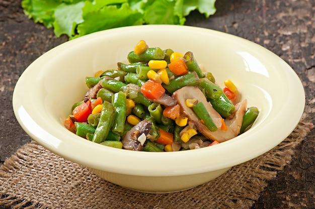 Ensopado de legumes com feijão verde, cogumelos, cenouras e milho Foto gratuita