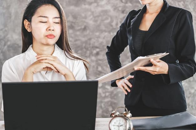 Entediado feminino asiático empregado ignorar o chefe chato Foto Premium