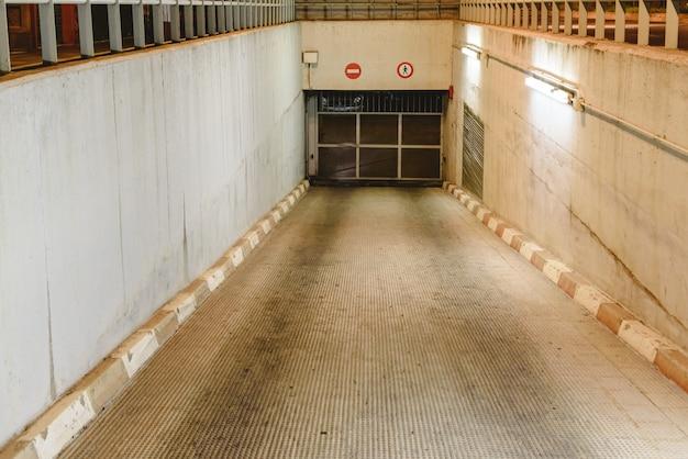 Entrada na rampa para um estacionamento subterrâneo. Foto Premium