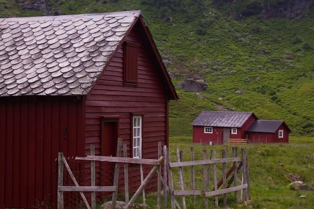 Entre as montanhas norueguesas, lugares magestic para visitar na noruega. Foto Premium