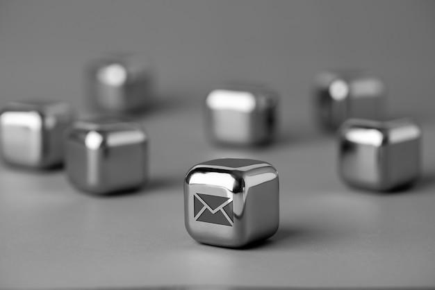 Entre em contato conosco ícone no cubo de metal para estilo futurista Foto Premium