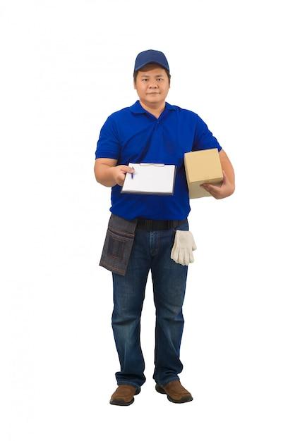 Entregador asiático trabalhando na camisa azul com bolsa de cintura para mão de equipamento segurando o pacote e apresentando o formulário de recebimento para assinar a superfície branca isolada Foto Premium