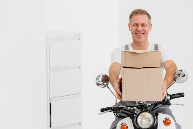 Entregador de moto Foto Premium