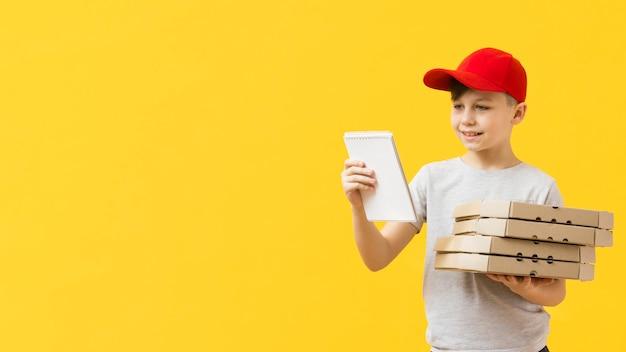 Entregador de pizza, segurando o bloco de notas Foto gratuita