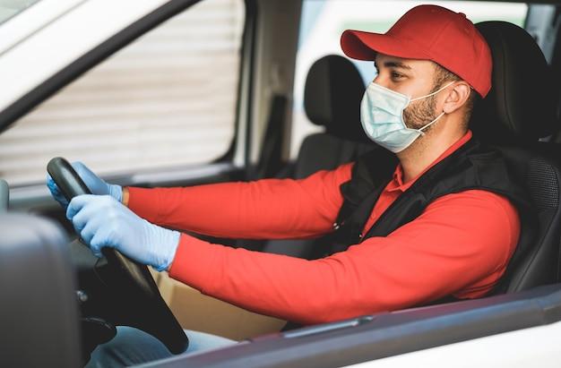 Entregador dirigindo uma van durante surto de coronavírus - foco no chapéu Foto Premium