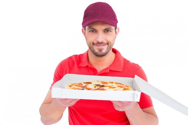 Entregador mostrando pizza fresca | Foto Premium